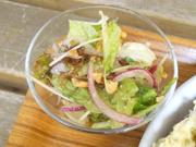 木の実と有機赤玉ネギのサラダ