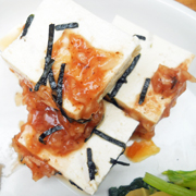 島田さん豆腐の冷ややっこ 梅玉ねぎソース